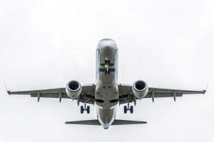 Überflug der Embraer EMB-190/195  (I-ADJO) der Air Dolomiti am Flughafen München