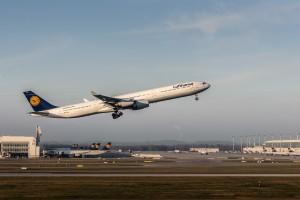 Airbus A340-642 (D-AIHS) der Lufthansa am Flughafen München